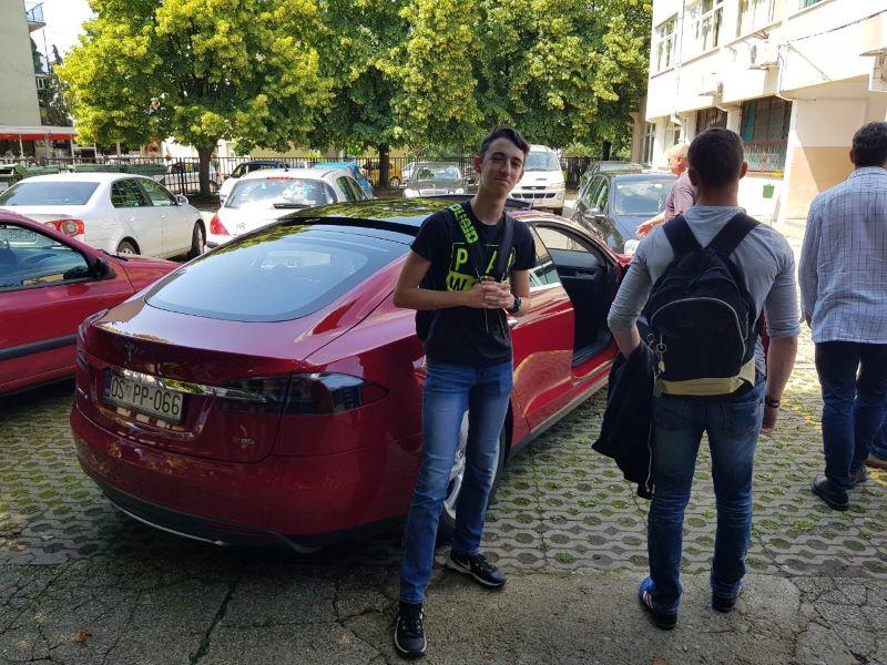 Tesla-auto-ucenici